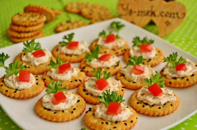 Spicy cheese canapes recipe recipes from turkish for Canape garnishes